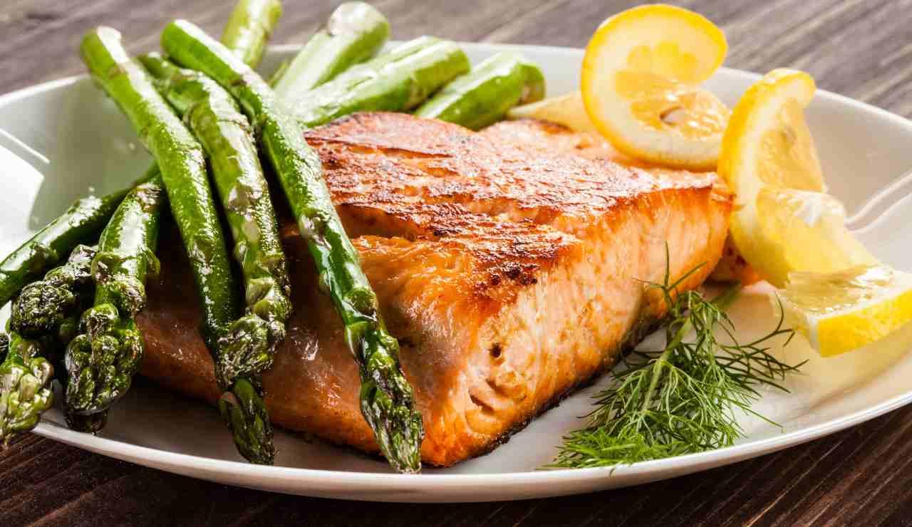 Ricetta Salmone Asparagi.Salmone Al Forno Con Asparagi Un Secondo Raffinato E Rapido