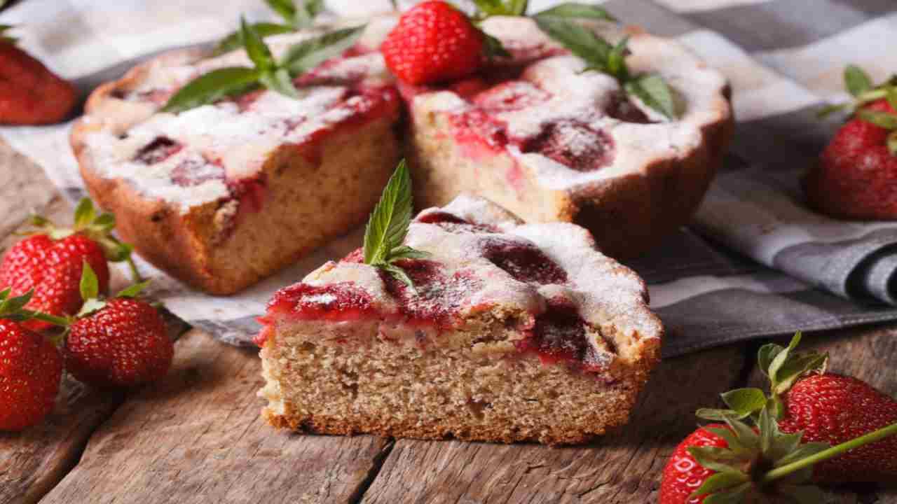 Torta morbida alle fragole in 5 minuti