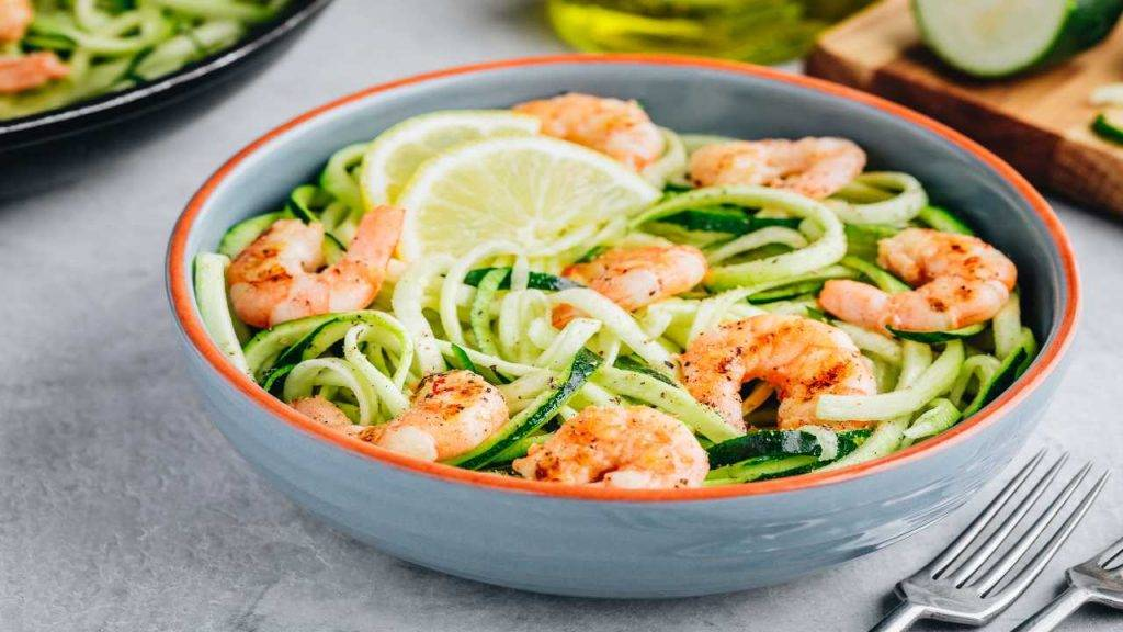 spaghetti di zucchine con gamberetti - ricettasprint