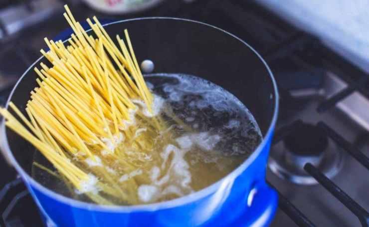 Spaghetti con alici e semi di finocchietto