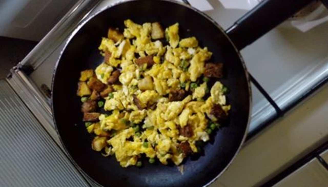 Uova arriminate alla siciliana con pane e piselli - ricettasprint