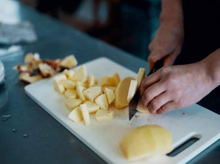 Crostata all'olio con fragole e mele