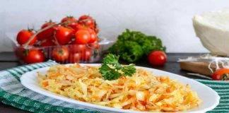 Insalata di verza con pomodori e carote