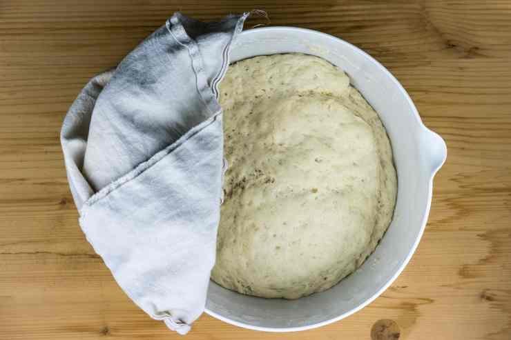 Pane con noci e salame