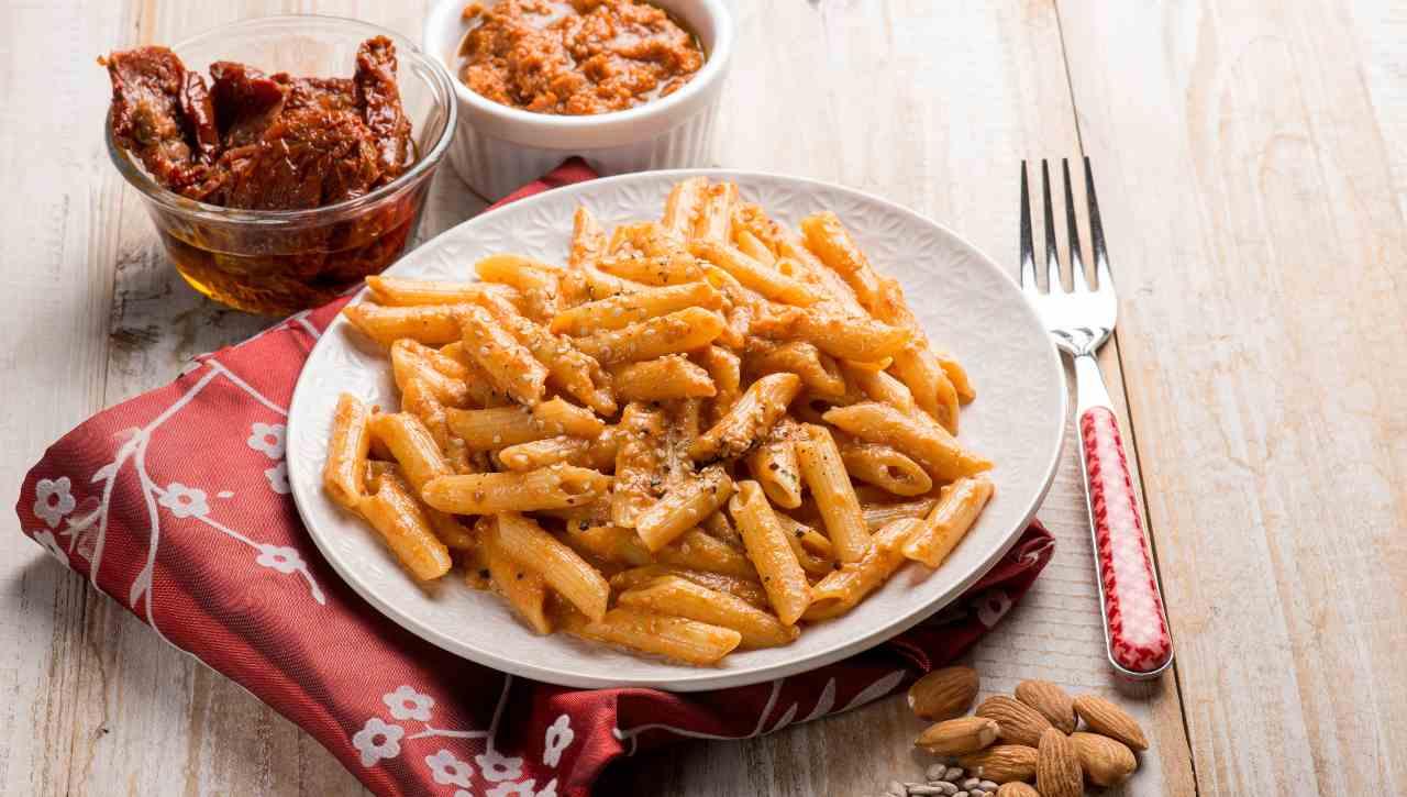Pasta al pesto di pomodori secchi e mandorle - ricettasprint