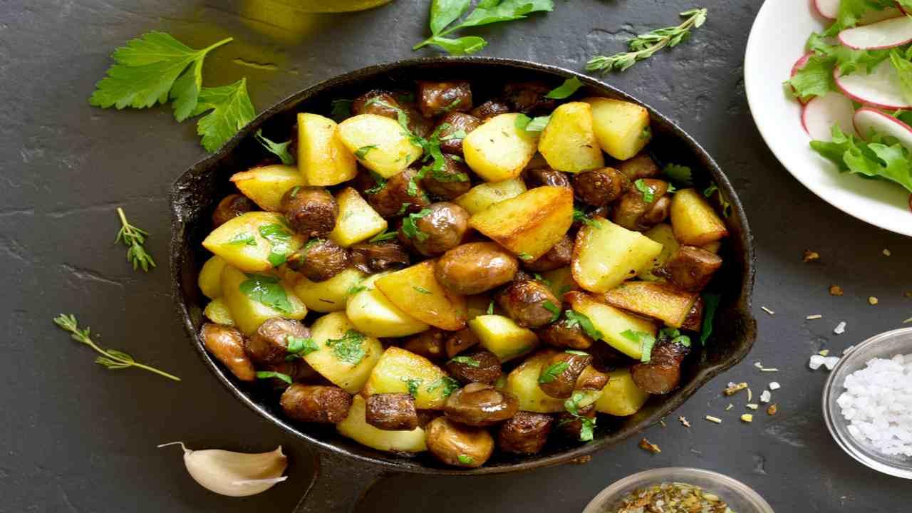 Patate e funghi in padella