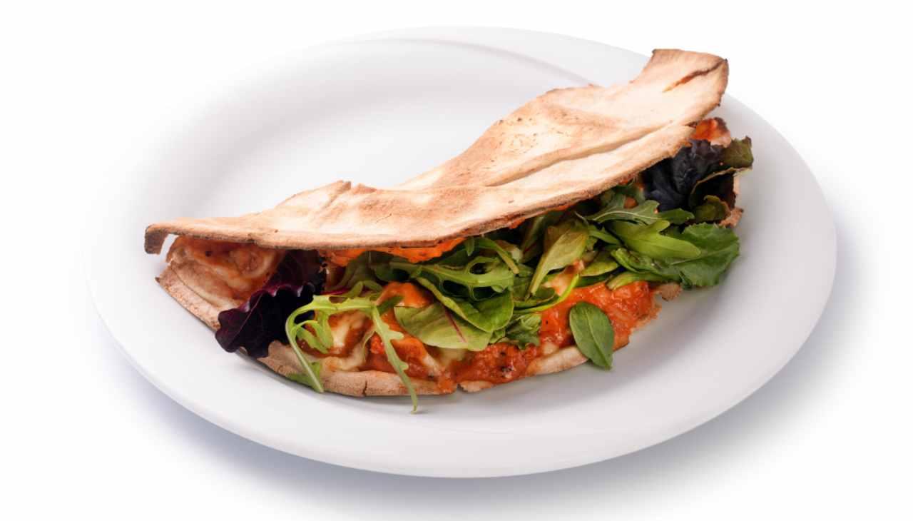 Piadina di ceci con rucola stracchino pesto al pomodoro insalate - ricettasprint