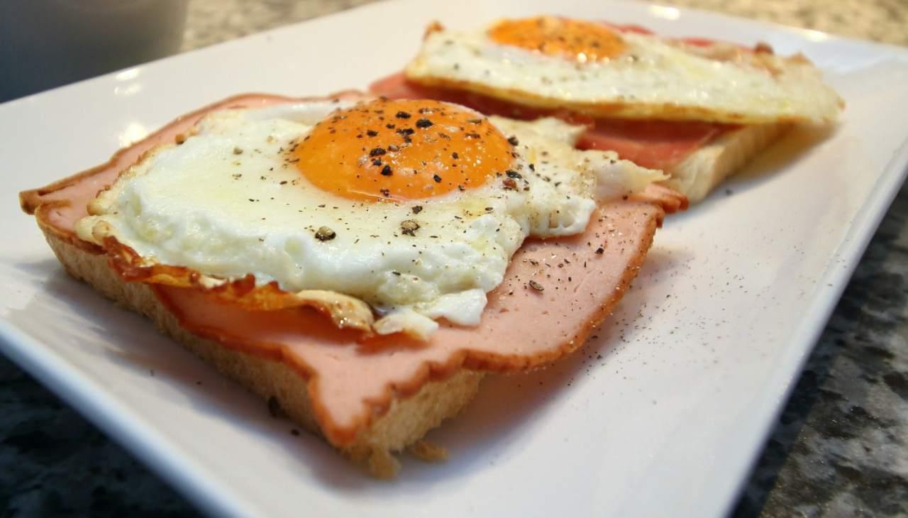 Pizzette di pane carrè prosciutto e uovo - ricettasprint