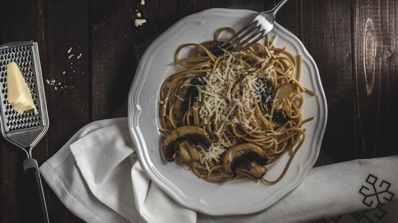 Spaghetti con aglio nero e funghi