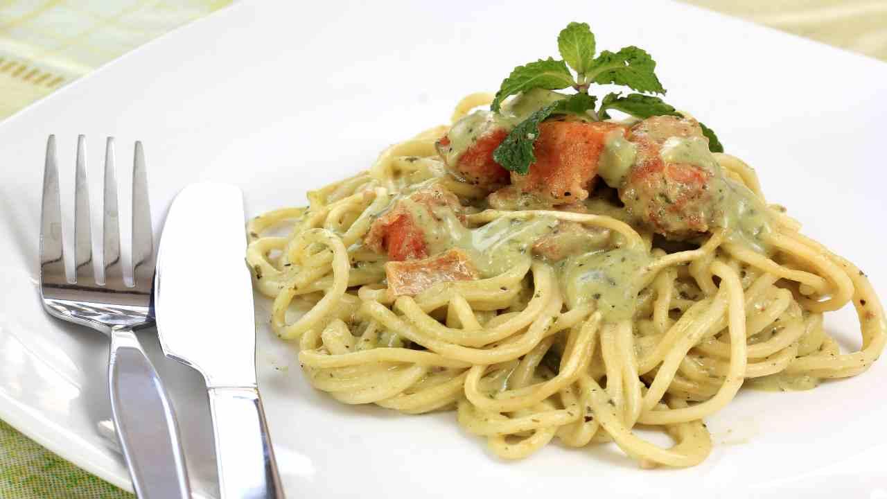 Spaghetti con crema di asparagi e salmone