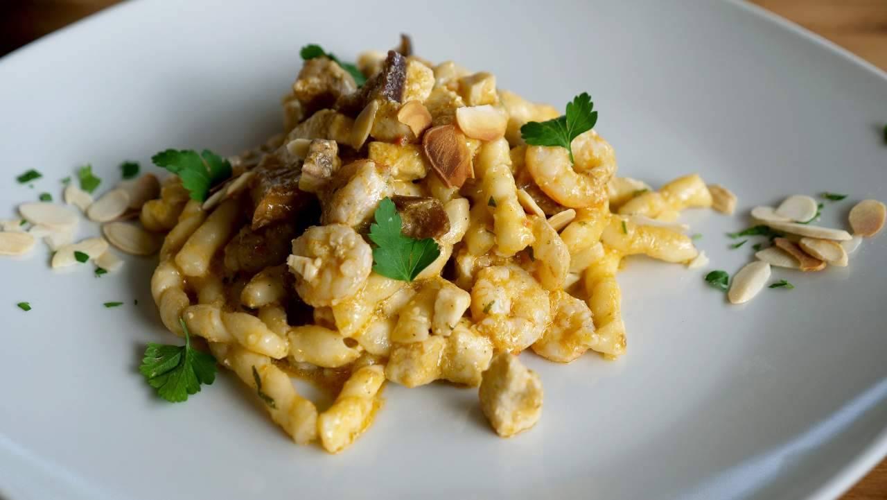 busiate siciliane con gamberi e mandorle - ricettasprint