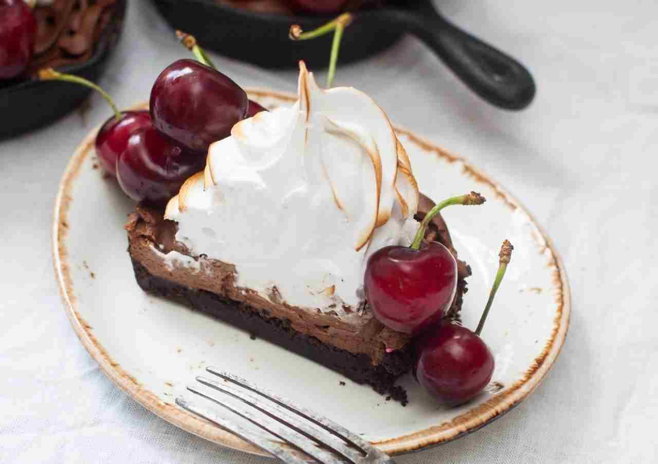Crostata al cioccolato con meringa e ciliegie