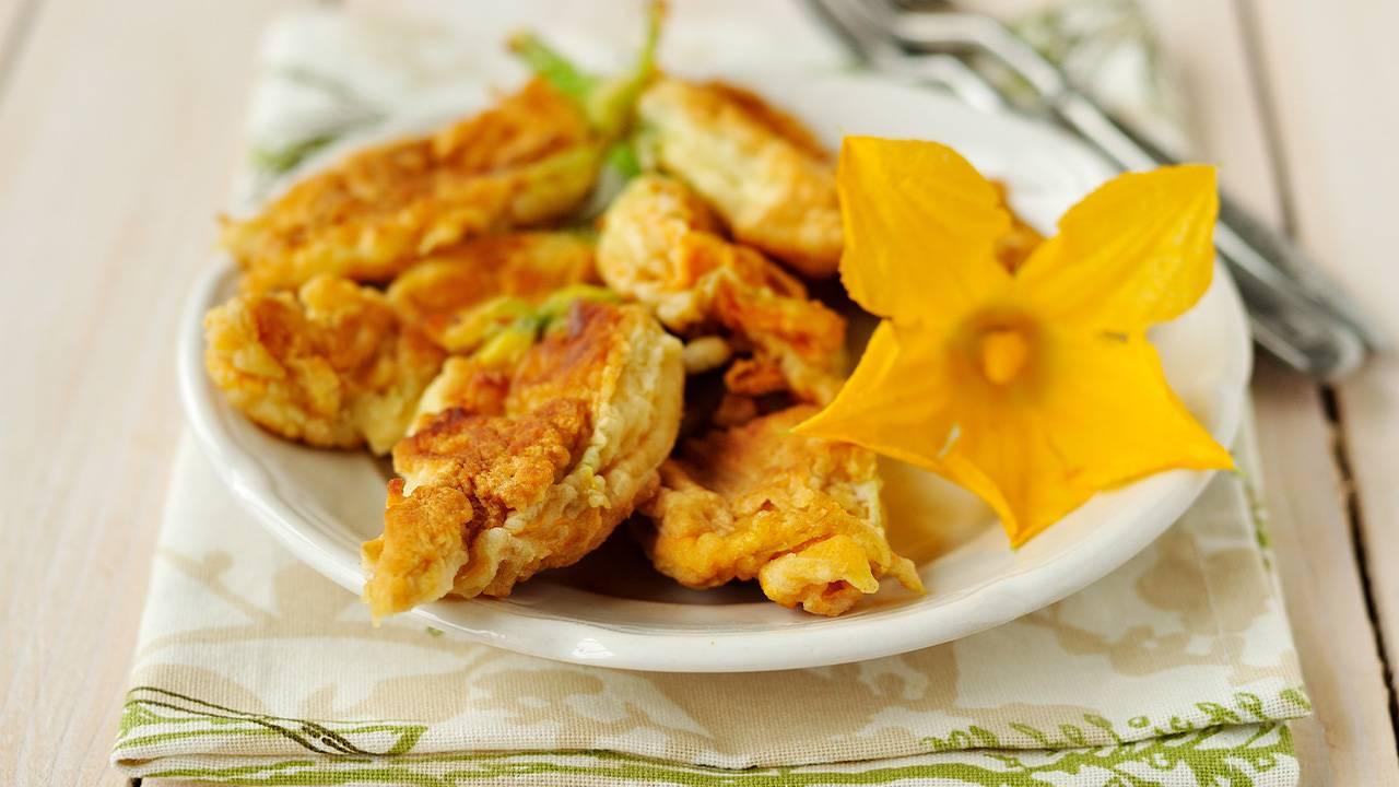 Fiori di zucca croccanti con prosciutto e mozzarella