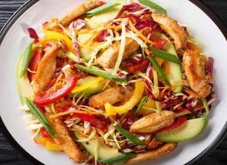Insalata di pollo con peperoni e cetrioli