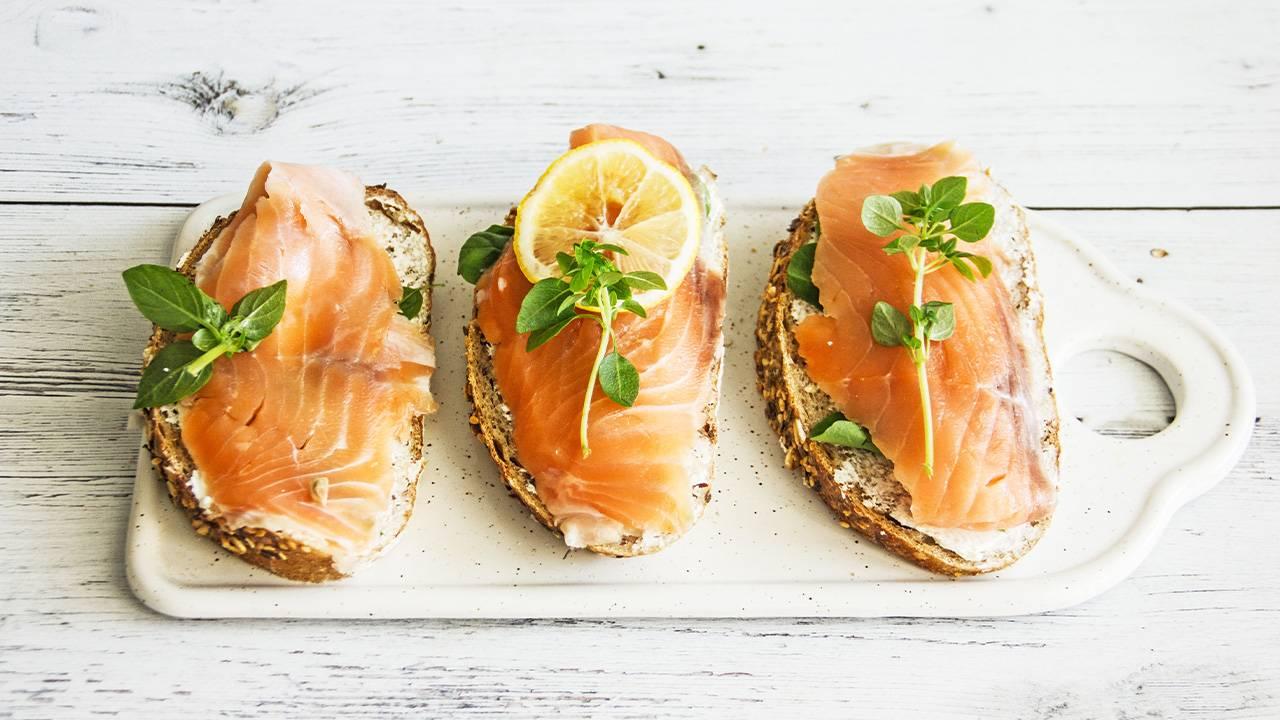 Bruschette di salmone e crema di stracchino con erba cipollina