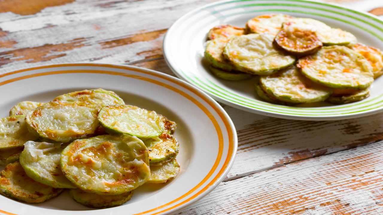Chips di zucchine e paprika al forno