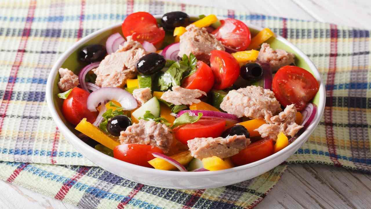 Insalata di peperoni con tonno e pomodori