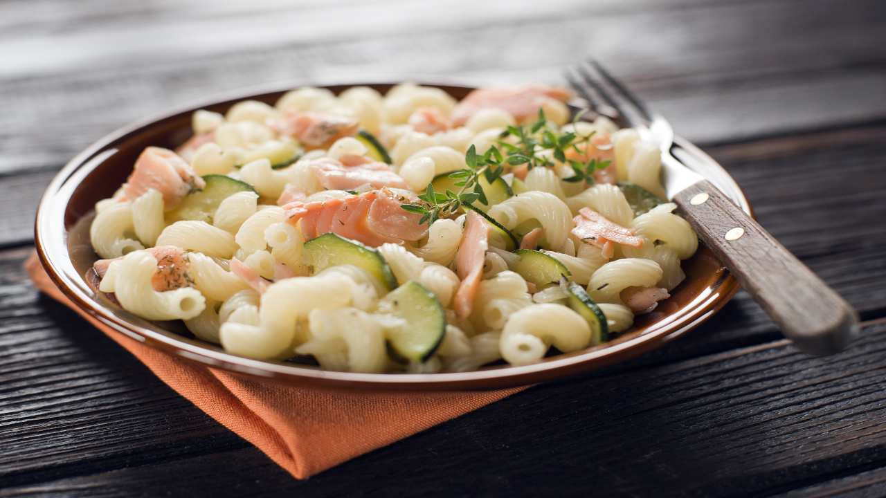 Pasta fredda con zucchine e salmone