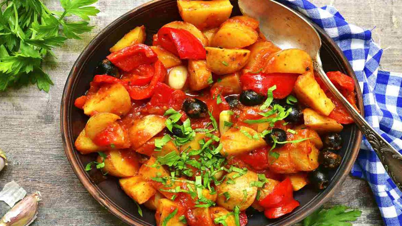Patate apparecchiate e peperoni