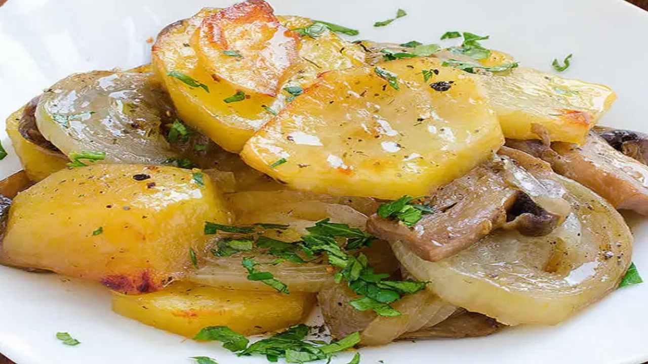 Patate mpacchiuse con funghi e cipolle