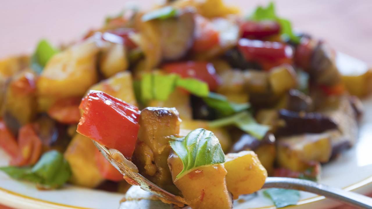 Peperonata siciliana con patate e melanzane fritte