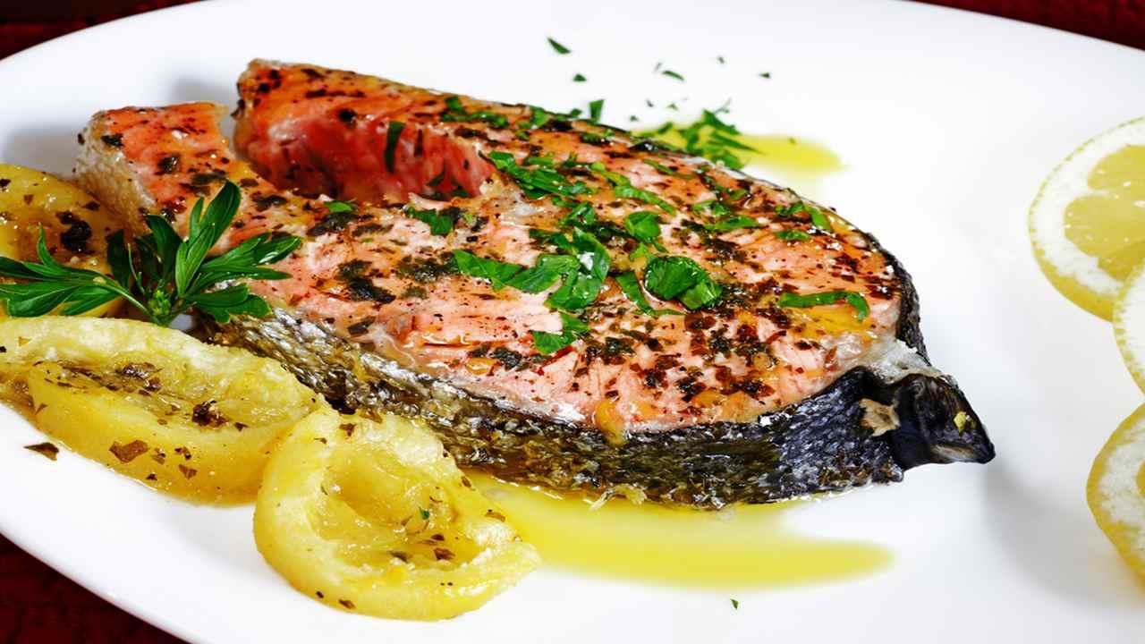Salmone in padella con erbe aromatiche