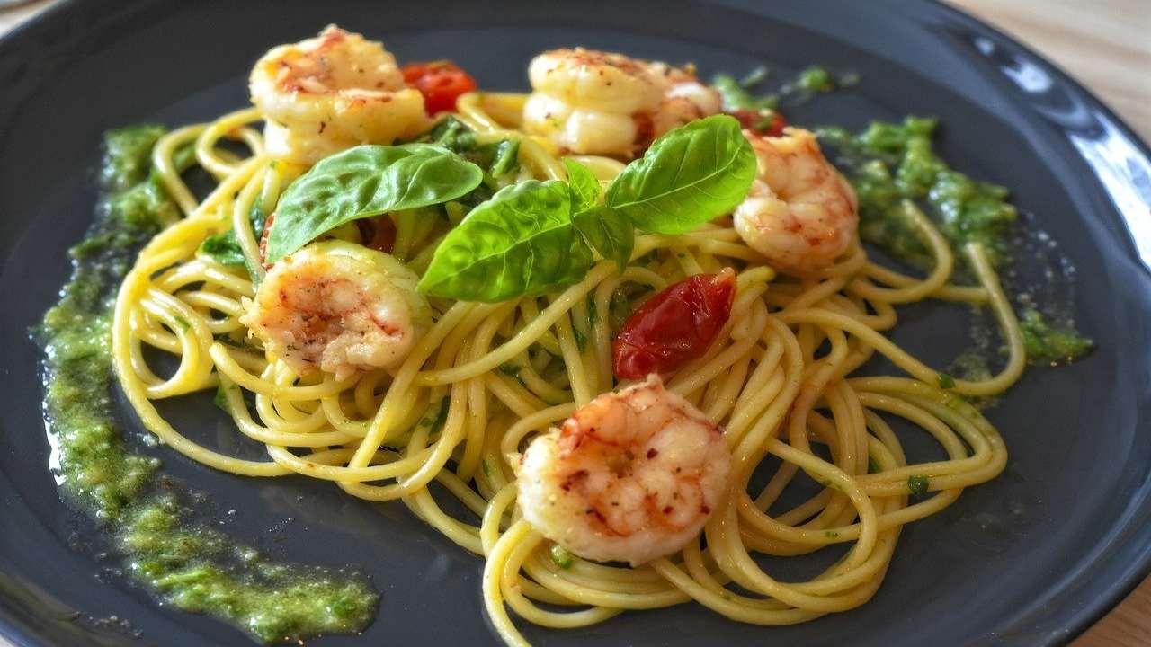 Spaghetti con gamberi e pesto