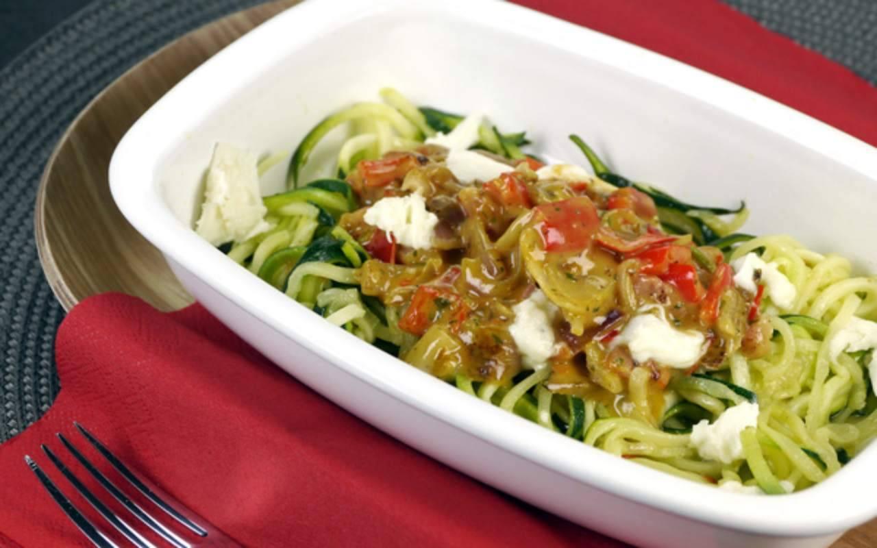 Spaghetti di zucchine con peperoni e tofu FOTO ricettasprint