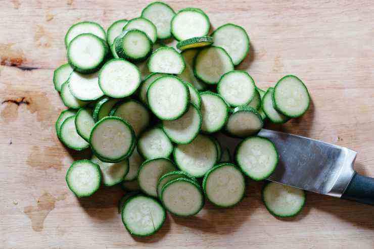 Zucchine con rucola e nocciole