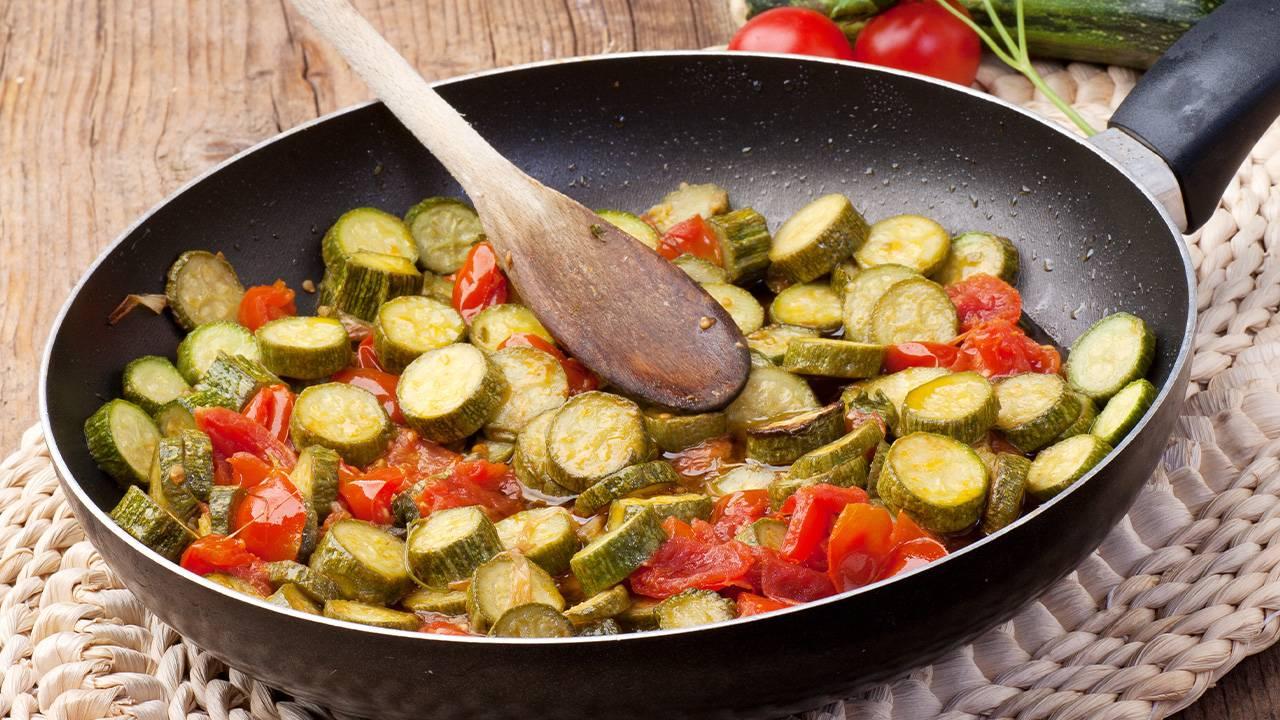 Zucchine in padella ai pomodorini gialli e peperoncino