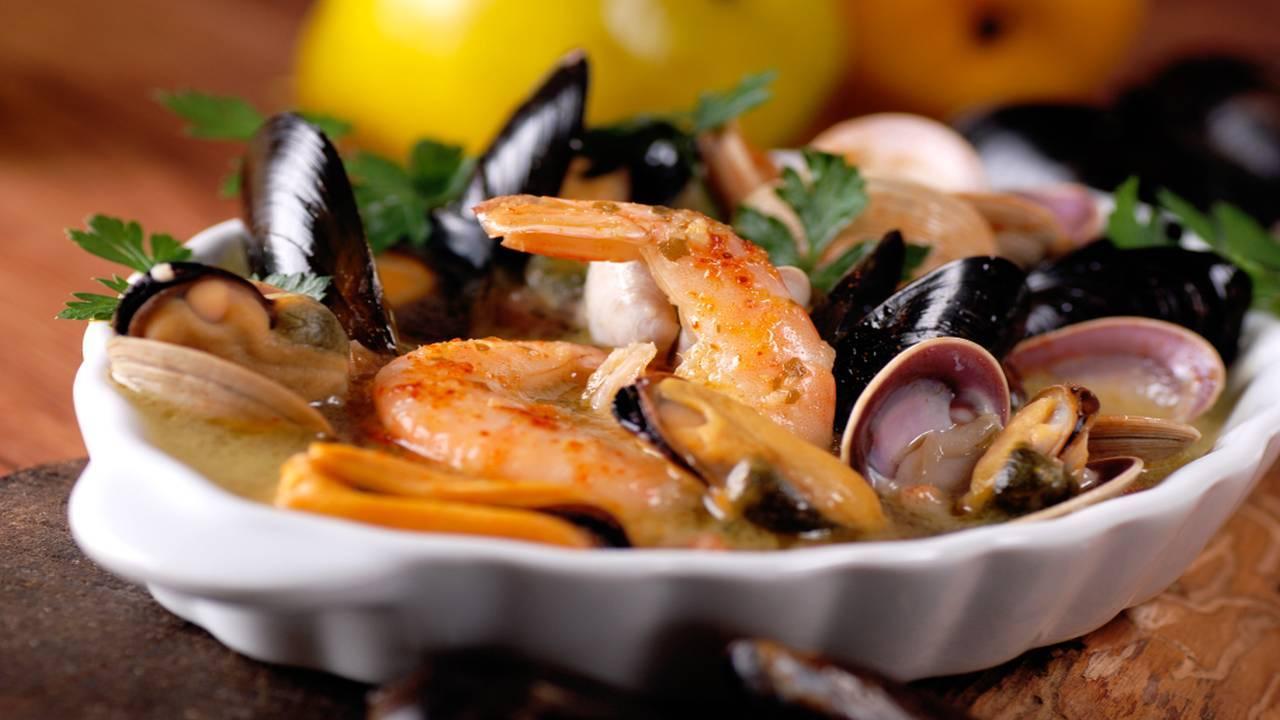 Zuppa di pesce con gamberi e cozze