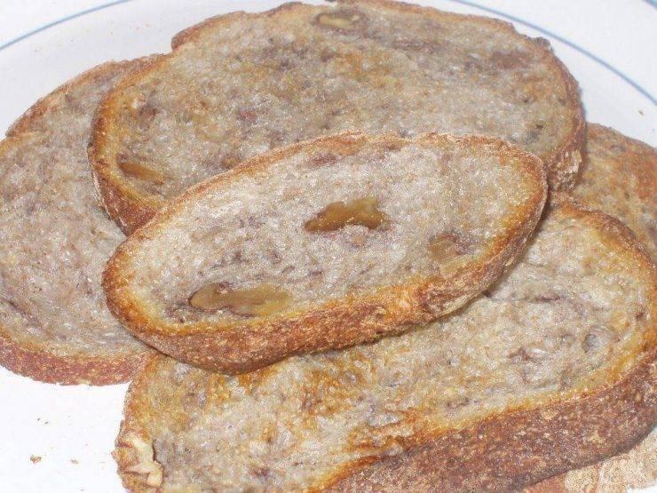 Pane croccante con acciughe
