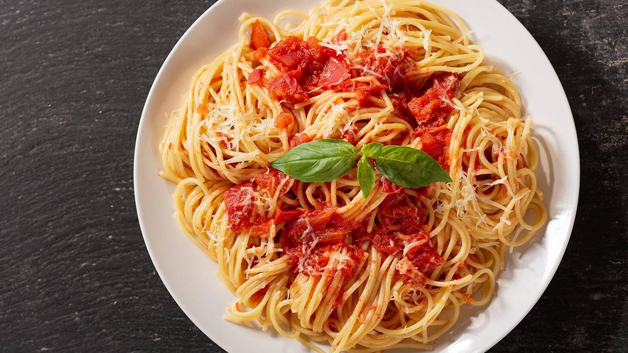 Spaghetti con pomodoro crudo e formaggio grattugiato