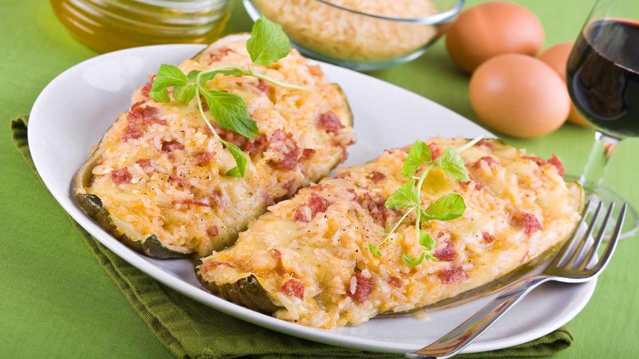 Barchette di zucchine con riso e speck