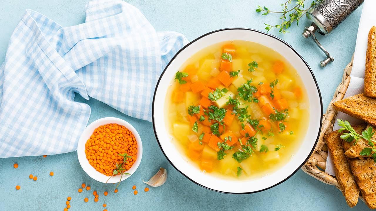 Pancia piatta con la zuppa che depura