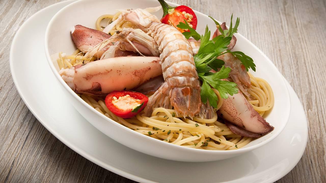 pasta con calamari e canocchie