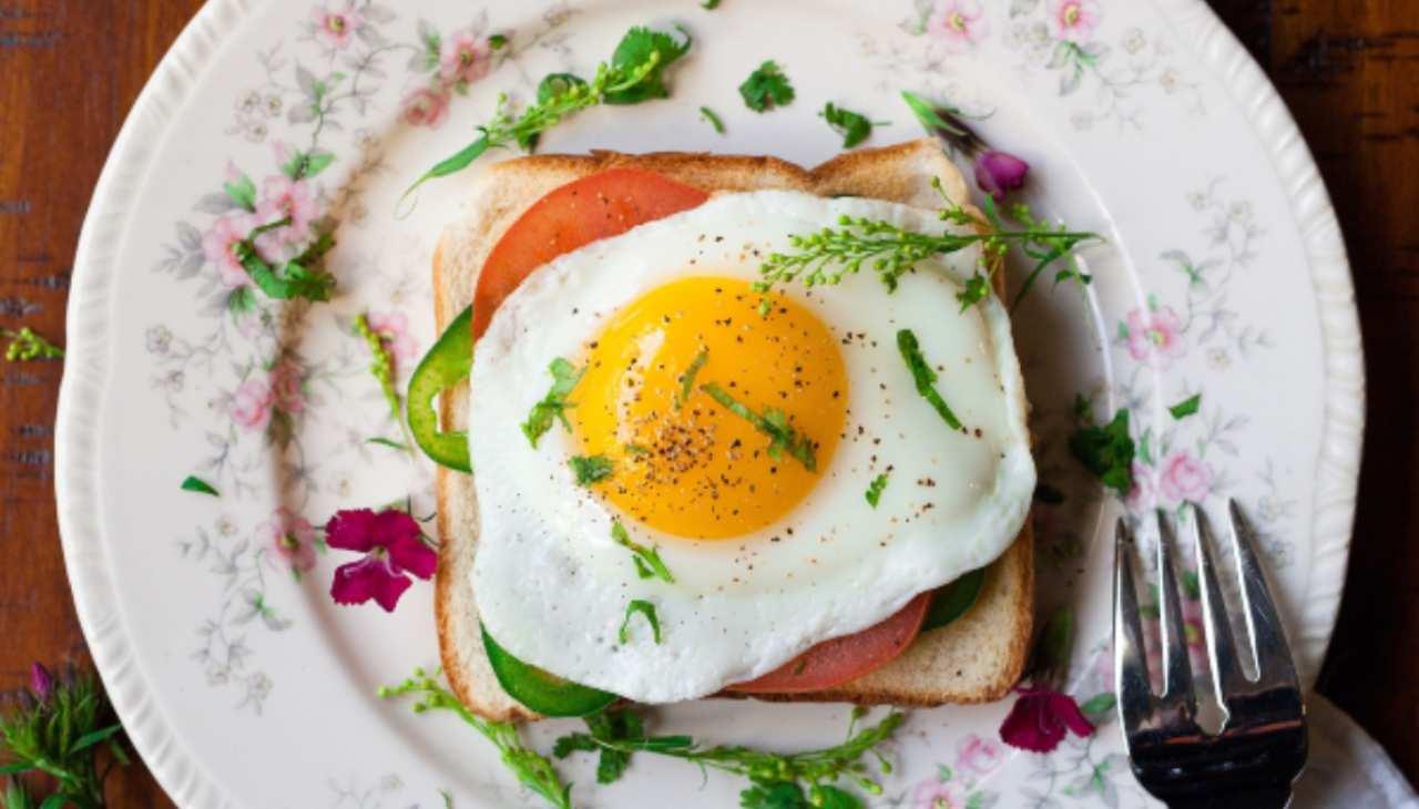 bruschetta veloce uovo pomodori