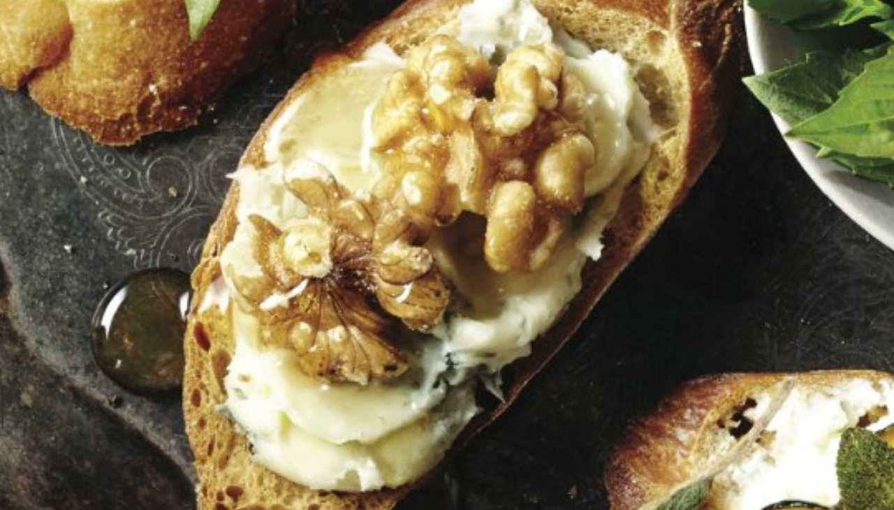Crostini con gorgonzola noci e miele ricettasprint