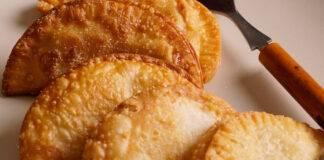 Mezze lune di pasta sfoglia ripiene di carne e mozzarella