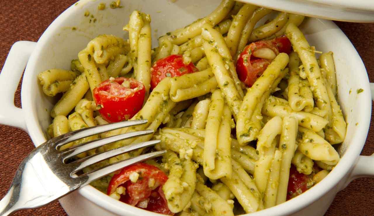 casarecce con pesto al basilico mandorle e pomodorini ricettasprint