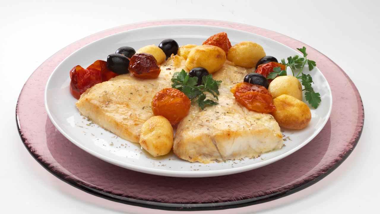 Filetti Di Persico Al Forno Con Patate Pomodorini E Olive Secondo Top