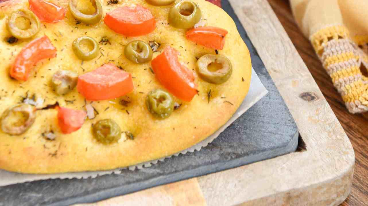Focaccia alla zucca con pomodori e olive