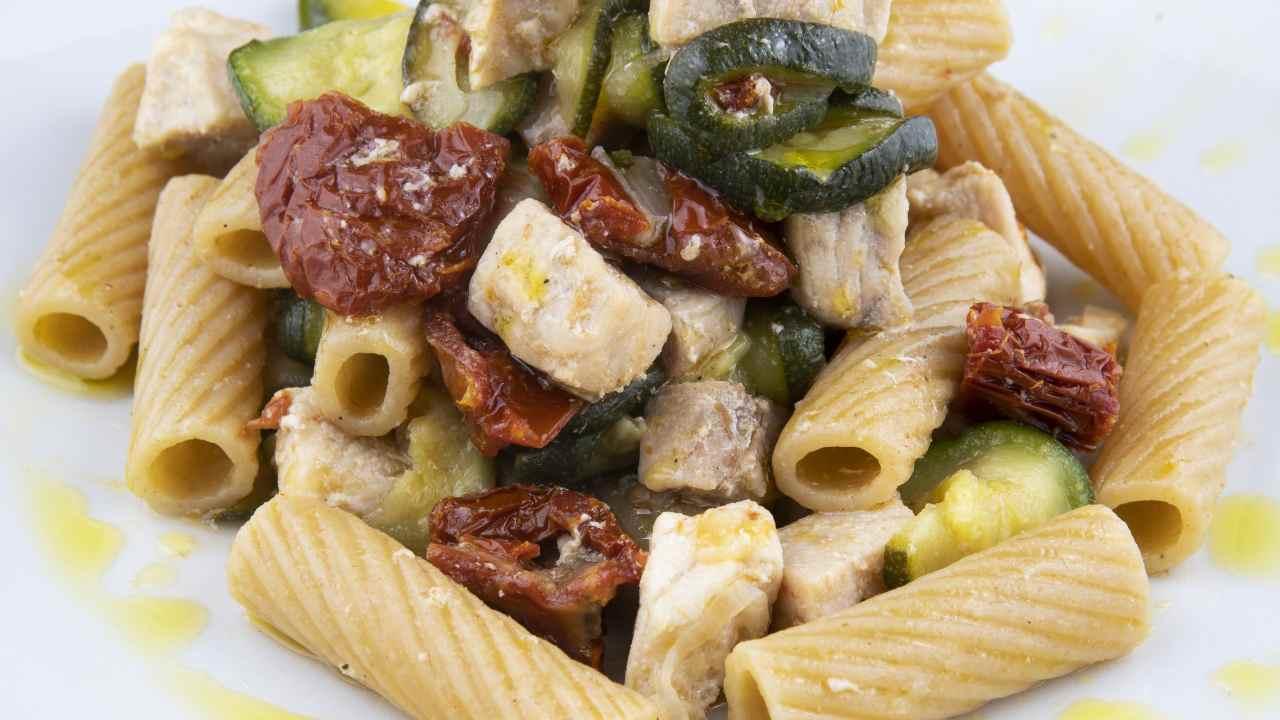 pasta con zucchine, tonno e pomodori secchi