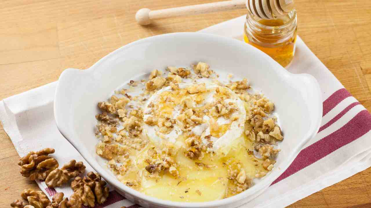 Terrina di formaggio fuso con noci e miele