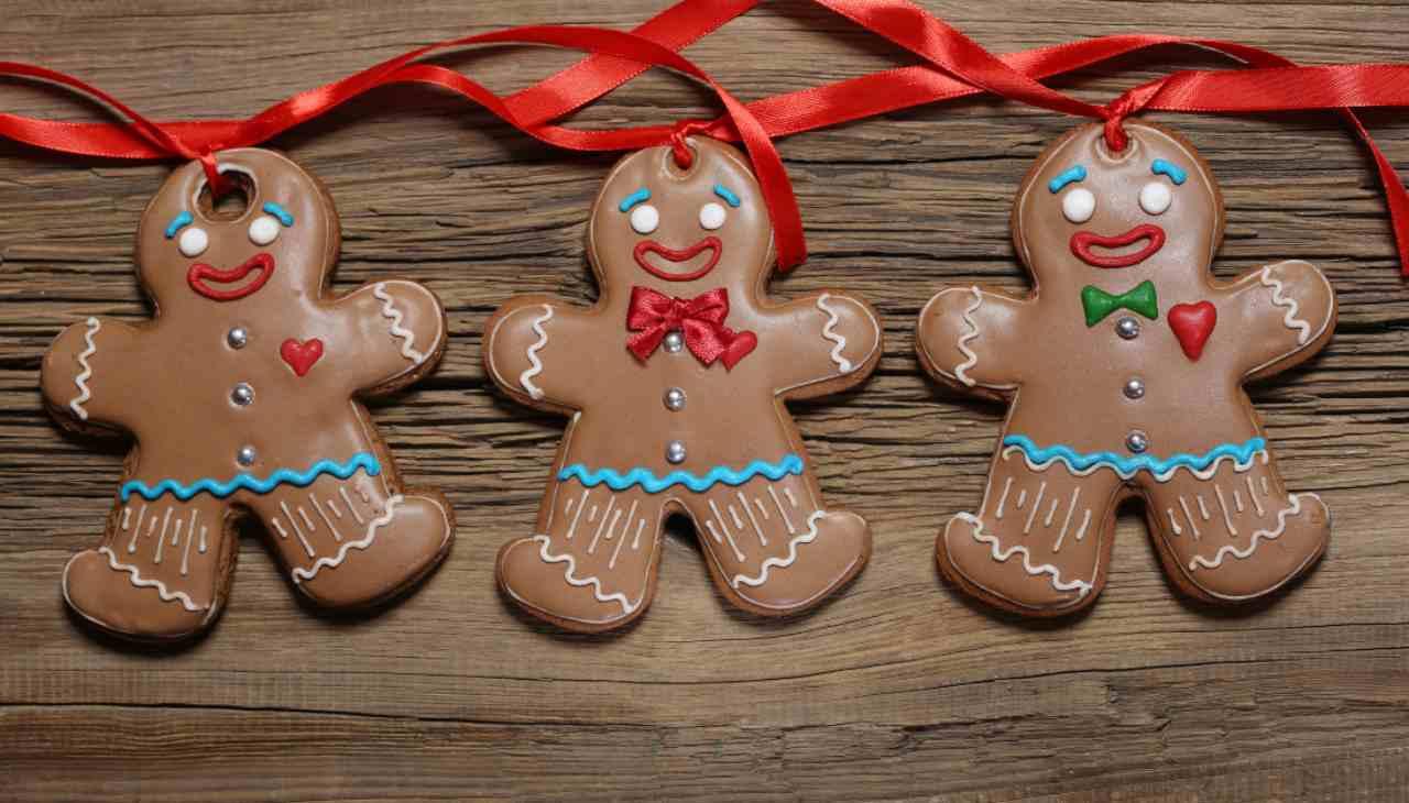 Biscotti al cacao natalizi con cuore di glassa ricetta