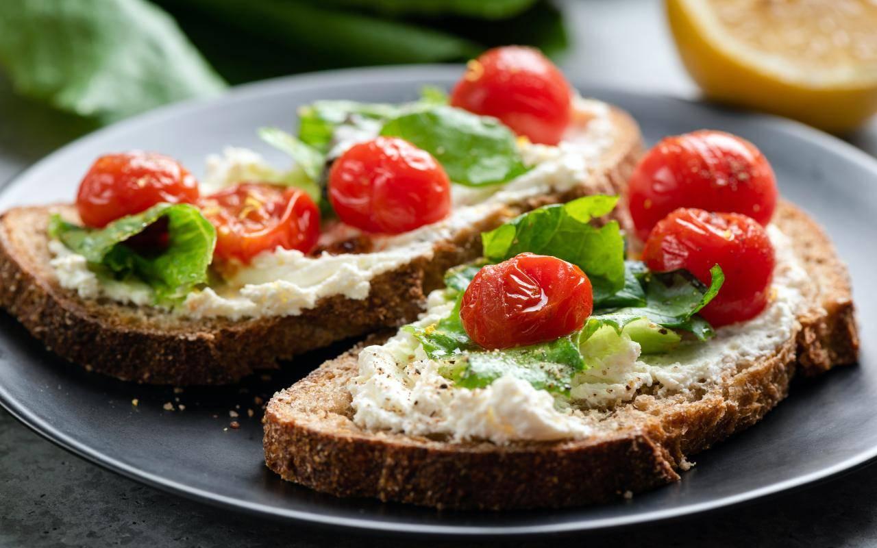 bruschetta ricotta pomodori ricetta FOTO ricettasprint