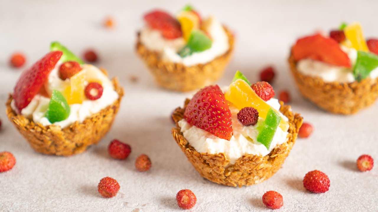 Cestini di avena con crema di yogurt alla vaniglia e frutta