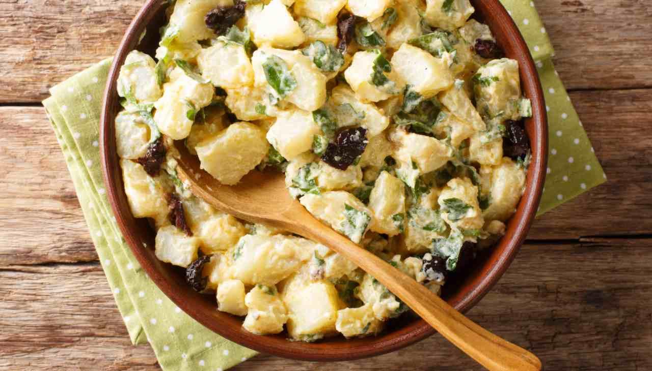 Insalatona di patate al formaggio e funghi ricetta