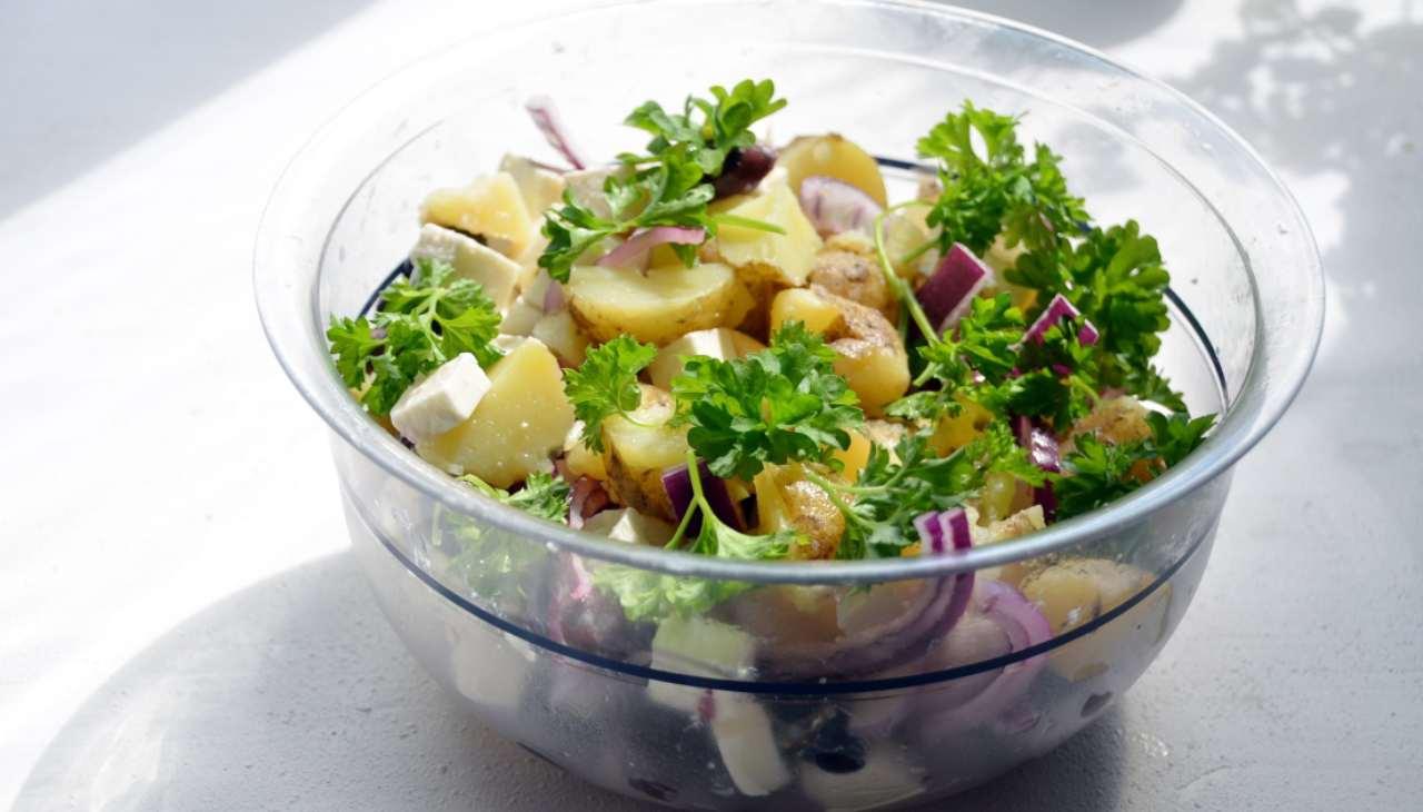 insalatona tuberi gialli cipolla feta vegan