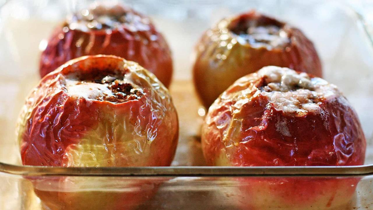 Dessert di mele cotte al forno e marmellata